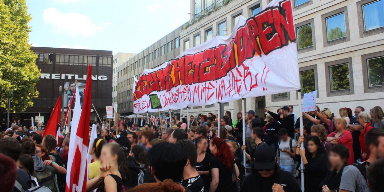 """Protest gegen """"Demo für Alle"""" Bus in Stuttgart"""