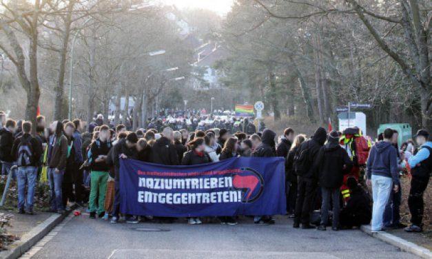 Proteste gegen Nazi-Fackelmahnwache  in Pforzheim
