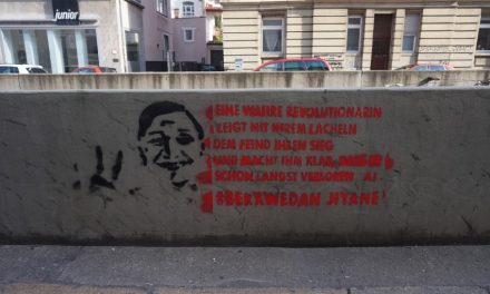 Wandparolen und Plakate im Stadtbild kurz vor der Hungerstreik Solidemo