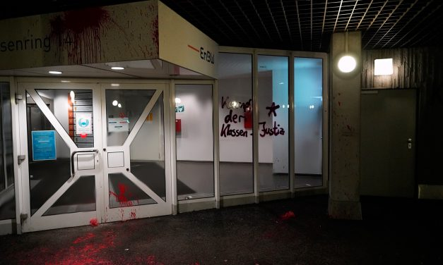 Kein Freund, kein Helfer! Staatsschutzgebäude in Stuttgart mit Farbe markiert